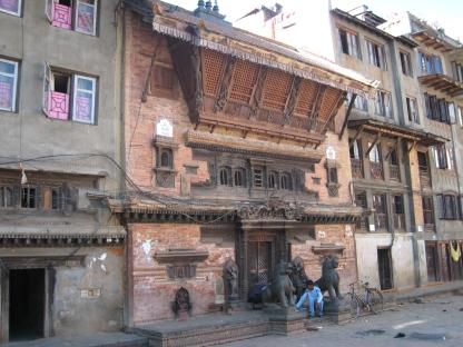 08 alte hausfassade in den straßen von kathmandu