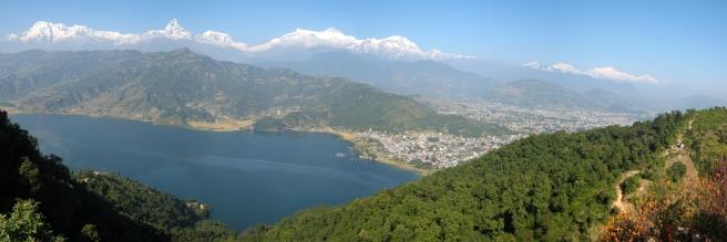 08 blick auf pokhara von der world peace pagoda