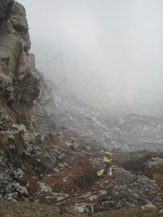 02 arbeiter bringen das sulfat aus dem krater