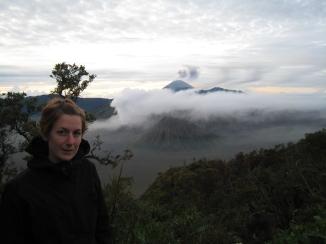 02 ute mit dem aktiven vulkan semeru im hintergrund
