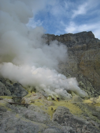 04 sulfatmine im inneren des kraters
