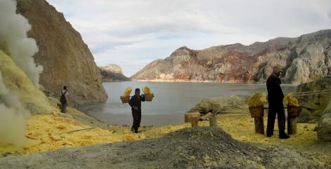 09 bis zu 110kg sulfat befördern die arbeiter aus dem krater