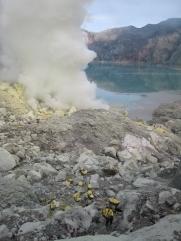 10 200hm aus dem krater und nochmal 3km ins tal müssen die arbeiter zurücklegen