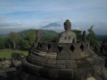 13 buddha mit gunung merapi im hintergrund