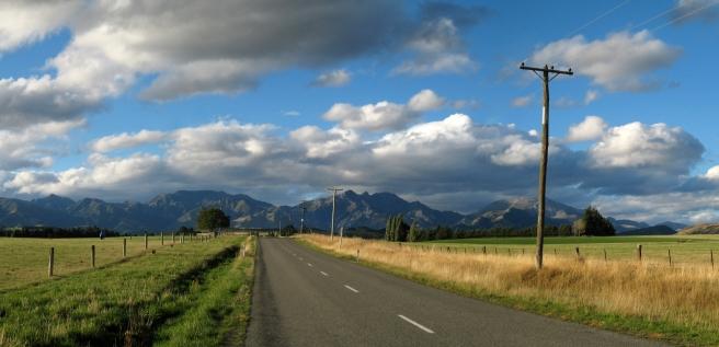 01 Typisch neuseeländische Landschaft auf der Fahrt nach Kaikoura