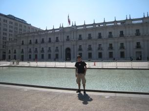 02 Ronald vor dem Palacio de la Moneda