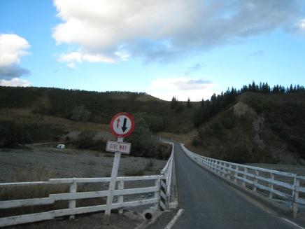 02 Von diesen einspurigen Brücken gibt es in Neuseeland hunderte