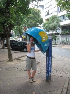 06 Ute in einer der typischen Rio-Telefonzellen