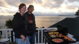07 Leckeres Barbeque mit Steaks, Prawns, Lachs usw