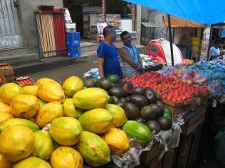 12 Riesige Papayas und Avocados auf dem Markt in der Favela