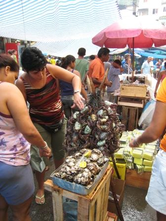 13 Lebende Krabben auf dem Markt in der Favela