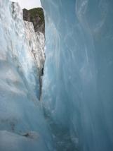 13 Wassergefüllte Gletscherspalte