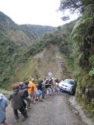15 Einem Opfer der Death-Road konnte durch geballte Kraft geholfen werden